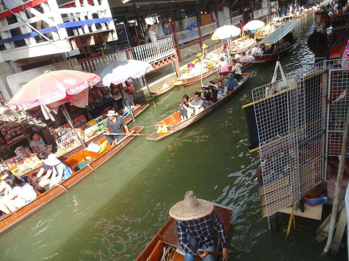 ポイント2:手漕ぎボートに乗って、水上マーケットを体感