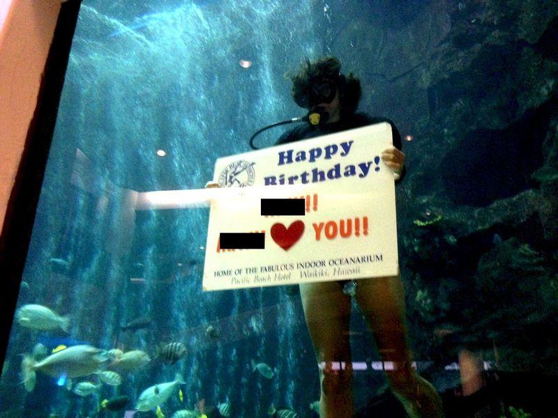水槽の中からメッセージ!ハワイで特別な日にいつもと違うサプライズを!