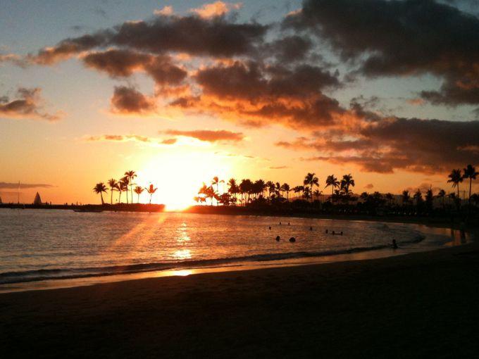 カハナモクビーチから見る、夕陽とヤシの木のコラボレーション