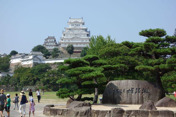修理後の白壁まぶしい姫路城へ