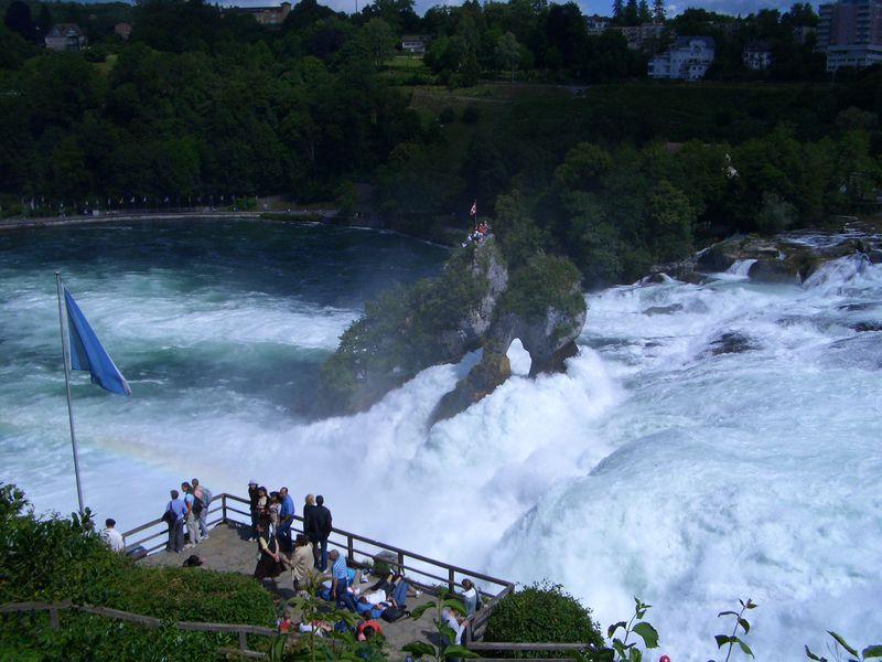 想像以上の大迫力!スイスの名瀑『ラインの滝』の上に立つ!
