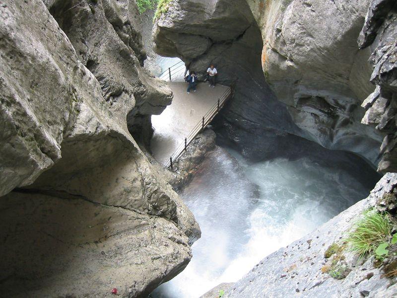 圧巻!怒涛のスイス『トリュンメルバッハの滝』と絶景ハイキング