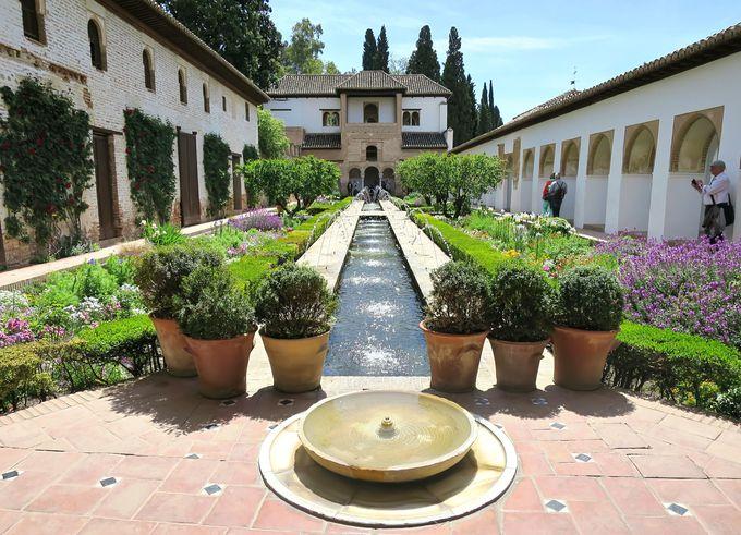 素朴で繊細!癒しのスペイン・イスラム様式「アセキアの中庭」