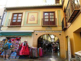 スペイン・グラナダ・カテドラル周辺でお土産探し!一押しはアルカイセリア商店街