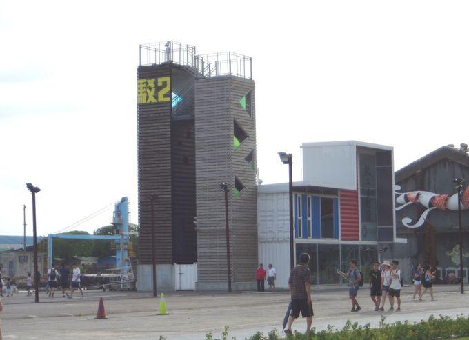 「駁二大義」駅後ろ側、夜景が眺められるタワー「駁二タワー」