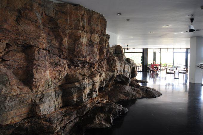 自然の岩を生かす迫力満点のホテルの壁