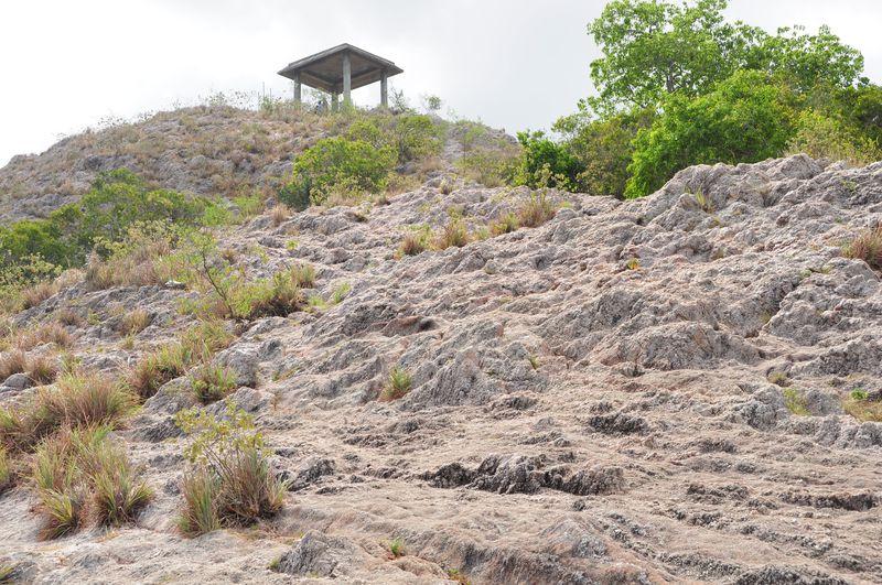 絶景!水晶で覆われたスリランカの山「ローズクォーツマウンテン」