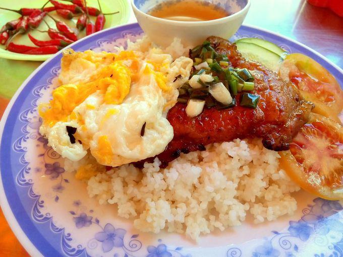 ブロークンライスがベトナム流。「コムタム」は最も有名なローカルフード