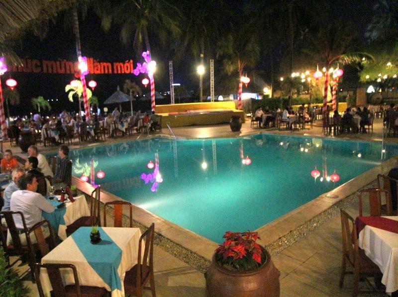 プールサイドで乾杯!ベトナム・ニャチャン「ルイジアナ・ブリューハウス」