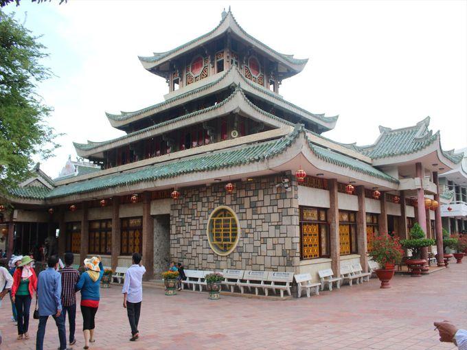 麓にある「バー・チュアスー廟」はサム山最大の観光スポット