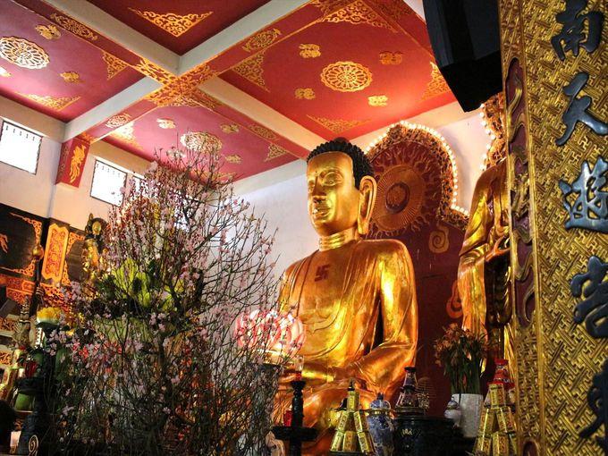 本堂に安置する巨大な仏像