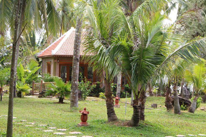 緑の芝生が広がる敷地にバンガローが建つ