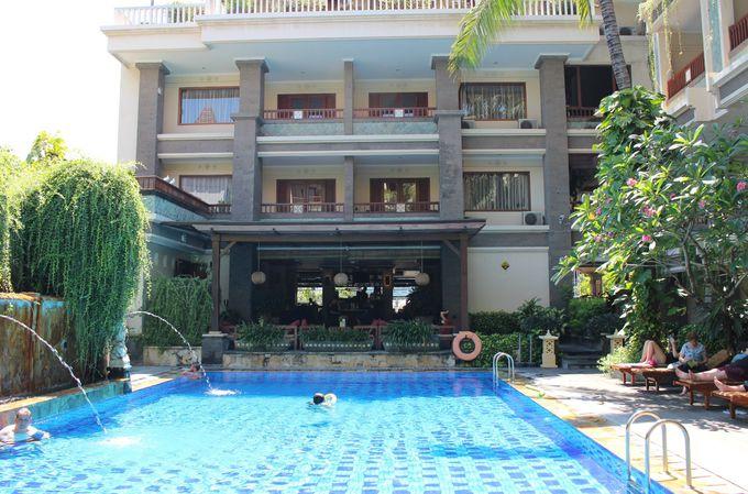 ホテル内中央は南国を感じる屋外プール