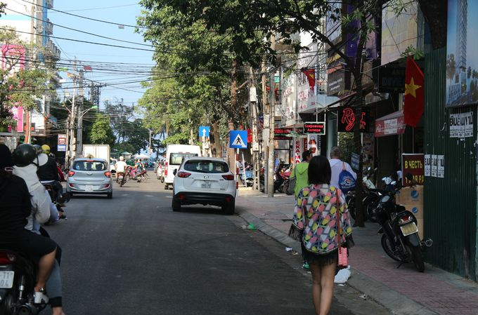 繁華街の中心。ショッピングもマッサージもすべてが徒歩圏内