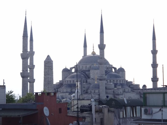 すぐ近くに見えるブルーモスク