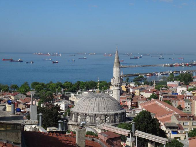 屋上から眺めるモスクと海の景色