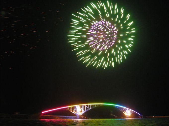 7色の橋と花火によって繰り出されるカラフルな景色