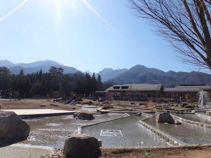 東京から約2時間、山々に囲まれた「尾白の湯」