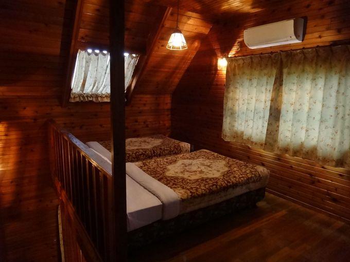 1階がリビング、2階が寝室のコテージ