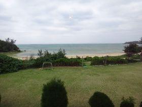 目の前に大きな芝生の庭と海!沖縄・本部のパパラギ王国でコテージ満喫|沖縄県|トラベルjp<たびねす>