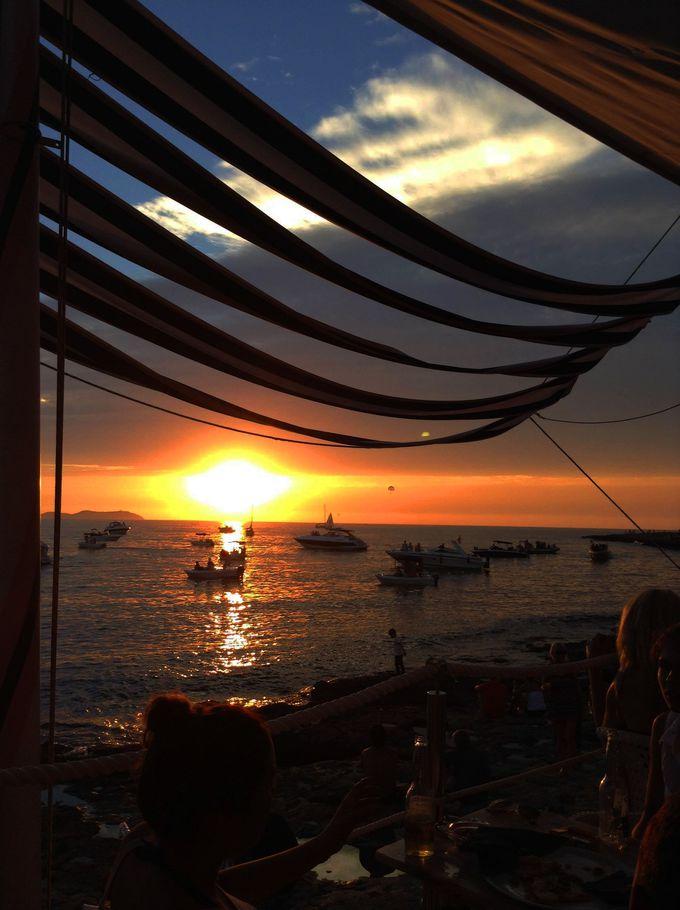 「カフェ デル マール」があるのはイビサ島サンアントニ