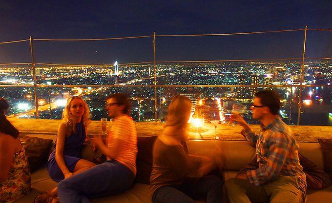 じっくり腰を据えて飲みたいなら、64階のソファーシート
