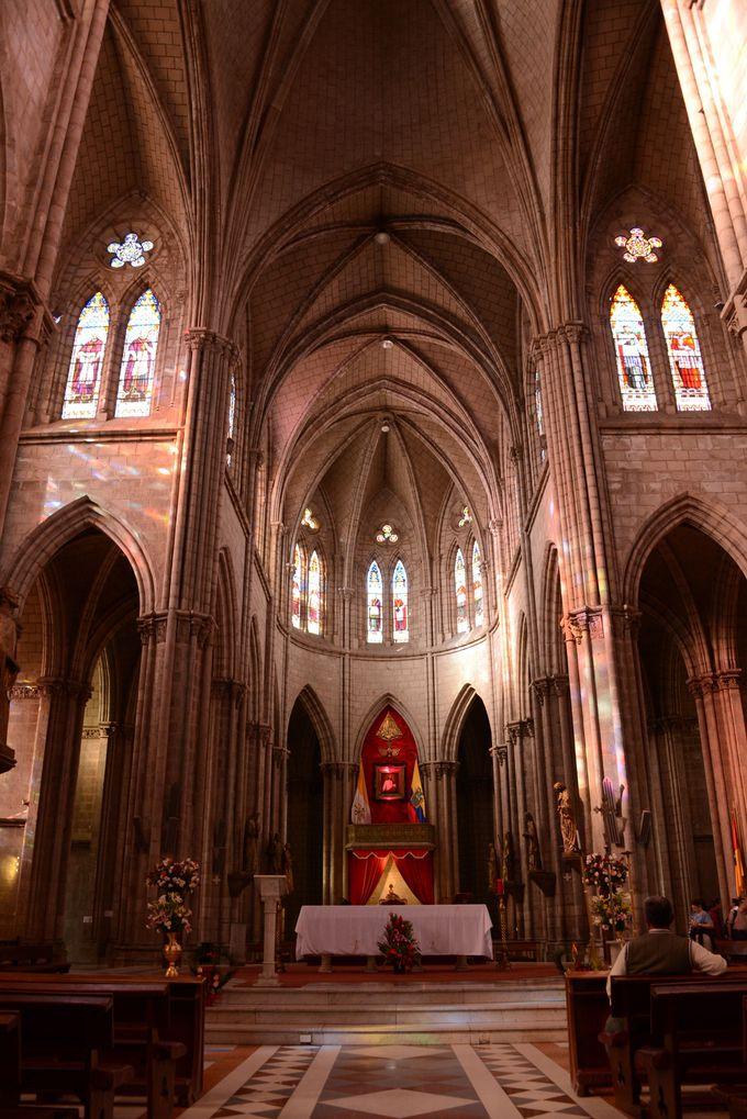 エクアドルらしい神聖な雰囲気が漂う教会