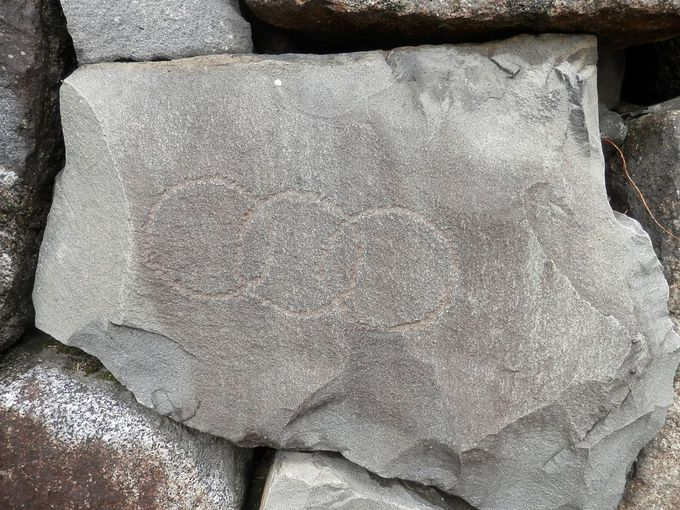 石垣の石はとてつもなく大きく築城に関わった各藩のマークが残る。