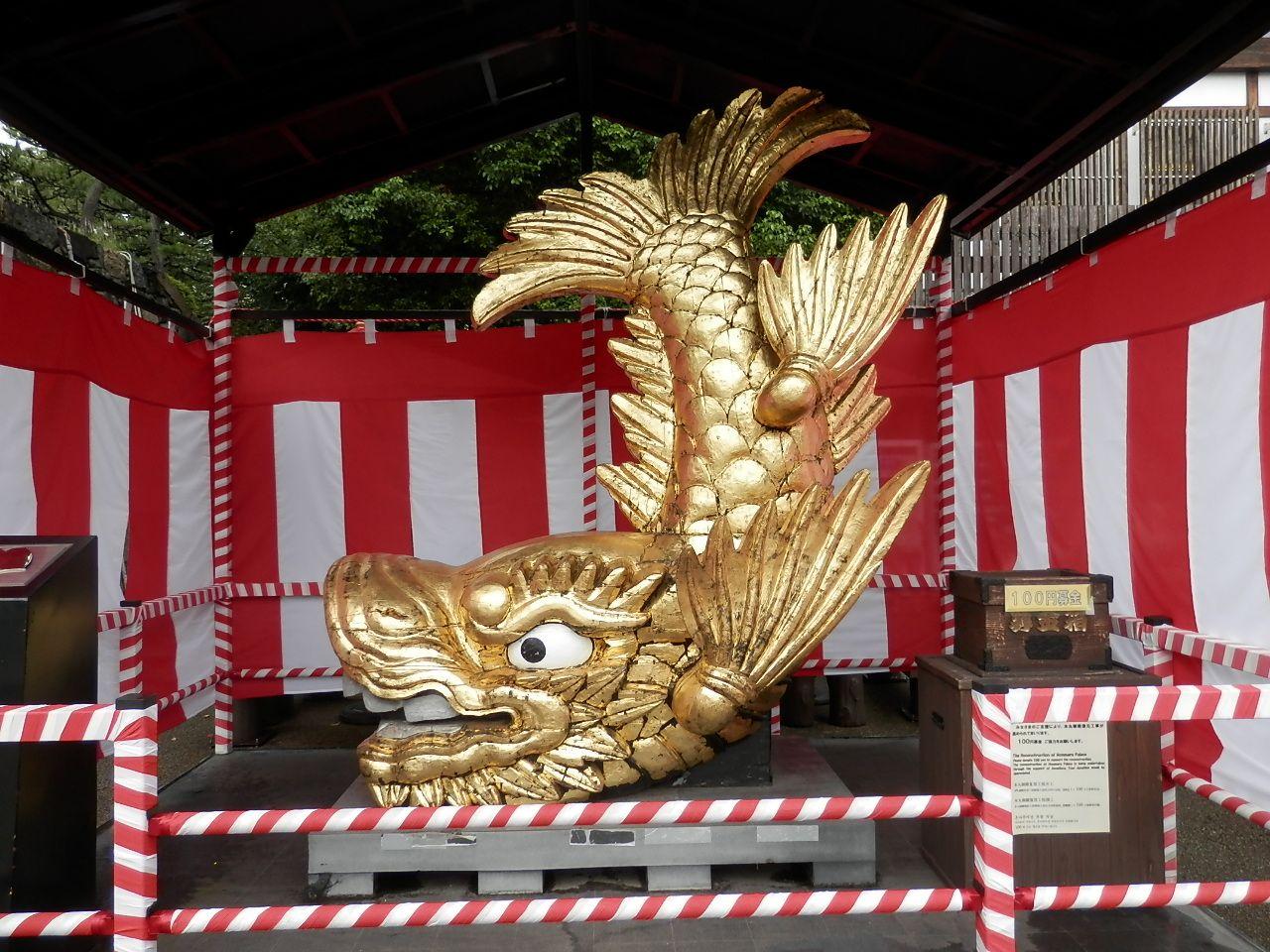 名古屋城といえば「金のシャチホコ」。等身大のレプリカも。