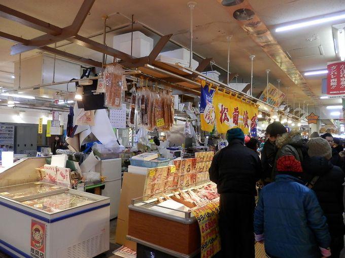 函館朝市は函館駅の隣。早めにいきたい