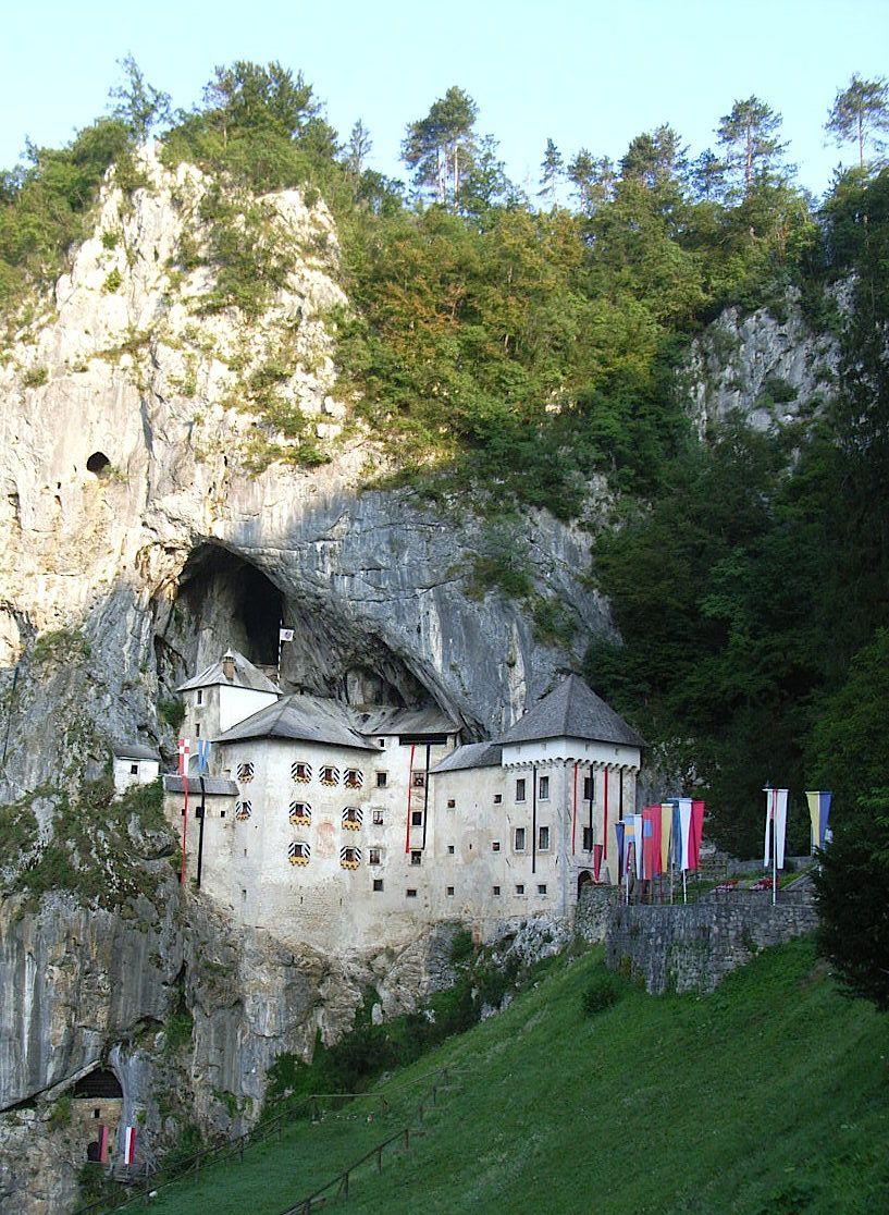 岩山に張り付く驚きの洞窟城