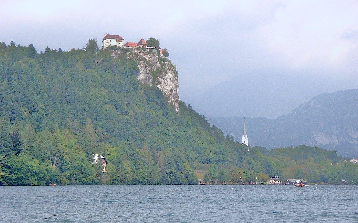 断崖絶壁に建つ古城「ブレッド城」