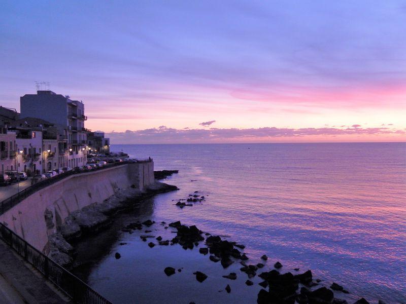 早起きは三文の徳!伊・シラクサ「ロイヤルマニアーチェホテル」から見る絵画のような朝焼け