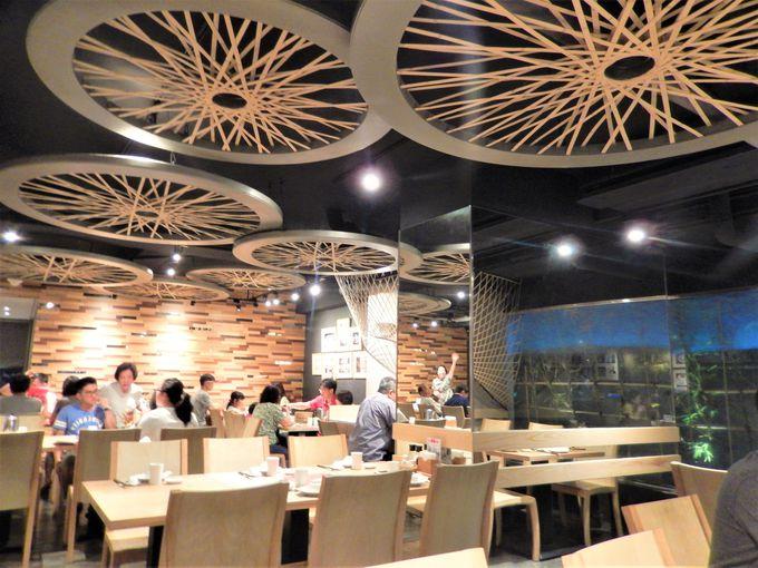 日本人設計の居心地のいい空間と豊富なメニュー