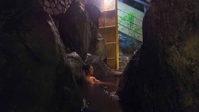 温泉で一日の疲れをゆっくり癒す