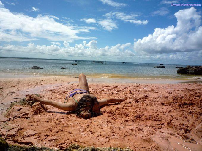 潮の満ち引きに合わせて反対側まで歩けちゃう!自然の泥でつるつるお肌パック、穏やかなビーチでサンセット