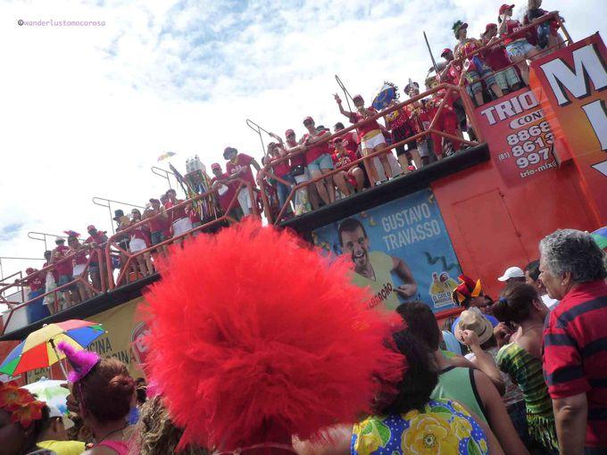 """200万人もの人々が一気に道にあふれるパレード、""""Galo da Madrugada"""""""