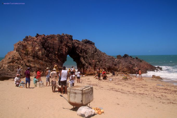 自然のアート、巨大な石にぽっかりと穴があいたアーチ