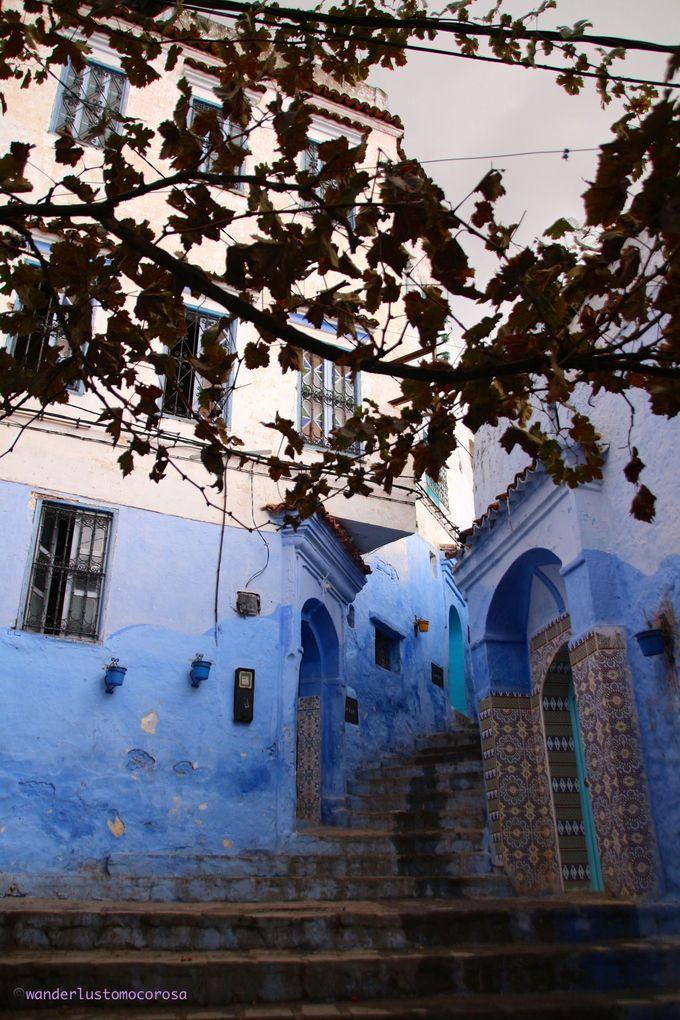 真っ青、真っ白な旧市街の街歩きはマスト!