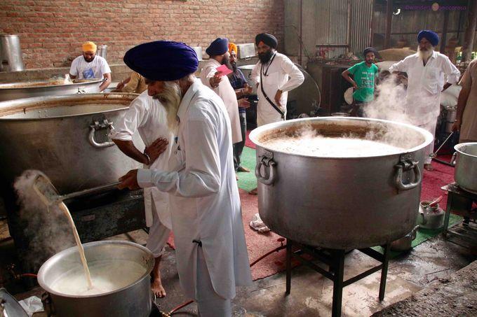1日に平均10万人分もの食事を提供!24時間フル稼働の食堂