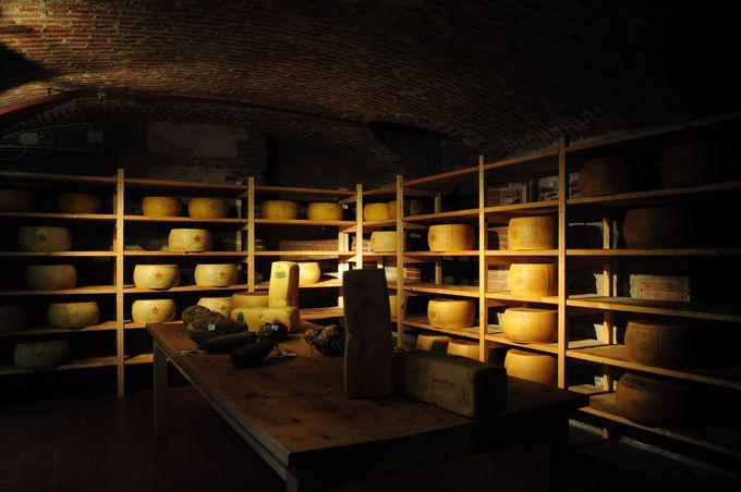 本当にスーパーマーケット?チーズの貯蔵庫!