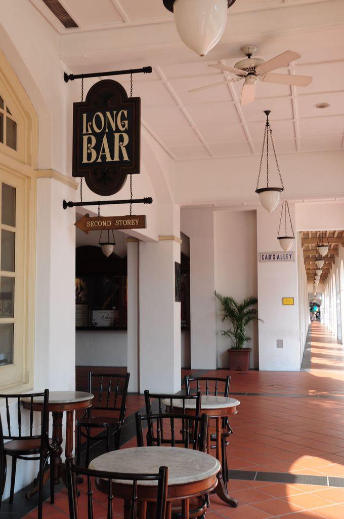 シンガポール・スリングが生まれたロングバーへ