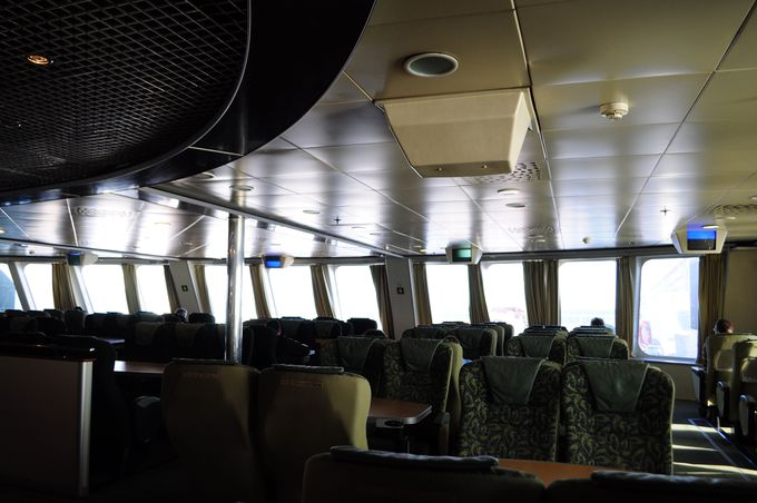 いざ出航!船内はゆったり、快適な一時間半を!!