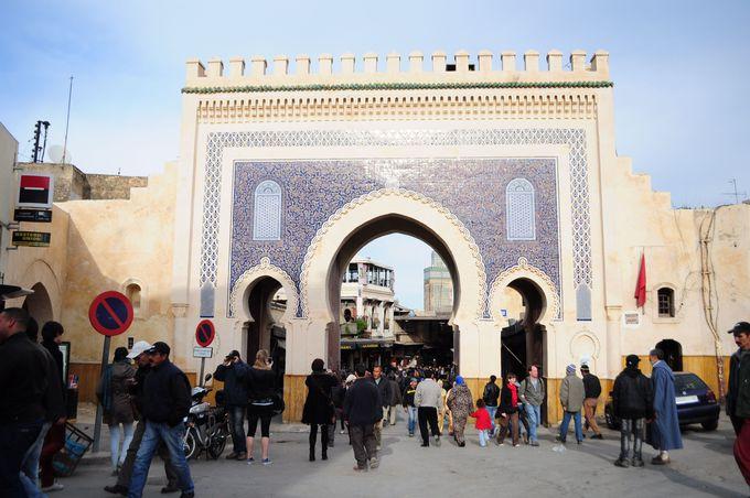 モザイク装飾が美しいブージュルード門がお出迎え!