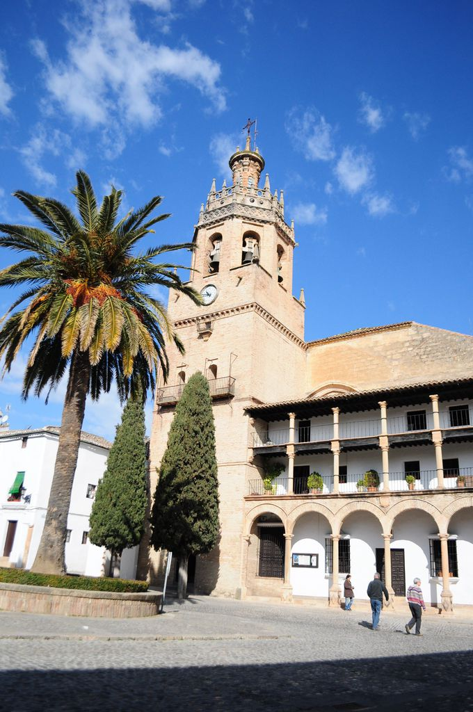 旧市街の小さな教会と市庁舎前広場