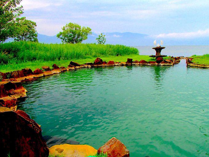 池のような露天風呂。屈斜路湖に流れ込む温泉「池の湯」