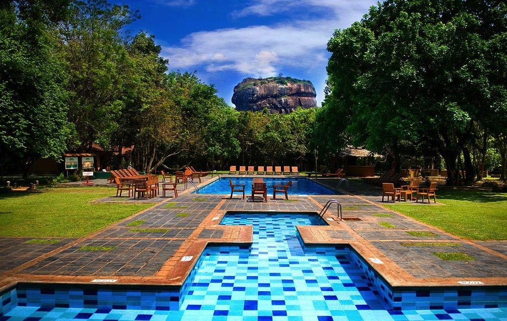 プールから望む世界遺産!スリランカ「ホテル シーギリヤ」