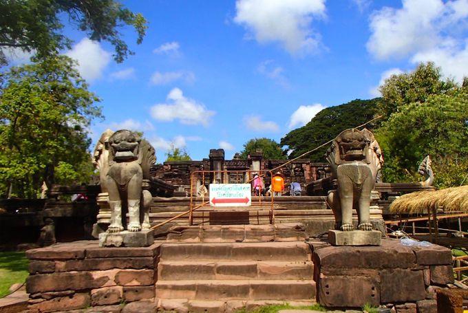 2重の周壁に囲まれた仏教寺院