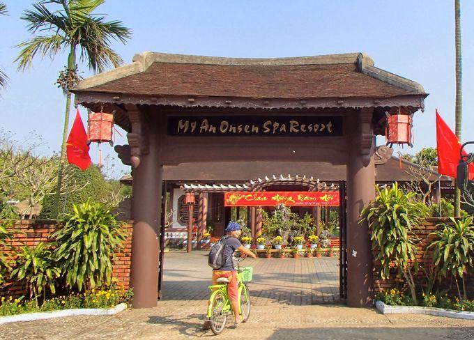 「ONSEN」に目を惹かれる立派な門構え「ミーアン温泉」