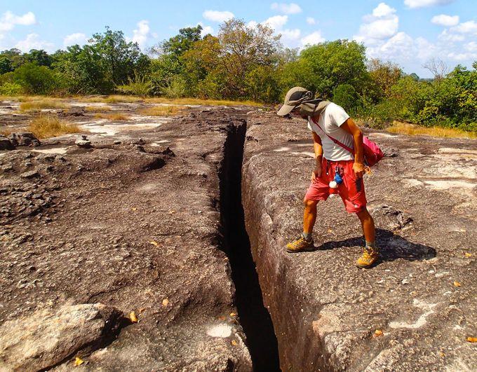 地球の割れ目?巨大砂岩の上に立つ